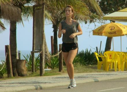 Juliana Didone corre na praia da Barra, no Rio de Janeiro (20/6/07)