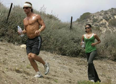 Matthew McConaughey e Camilla Alves suam juntos ao correr em trilha (07/7/07)