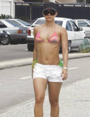 Mônica Carvalho é vista cuidando de suas curvas na Barra da Tijuca (6/11)