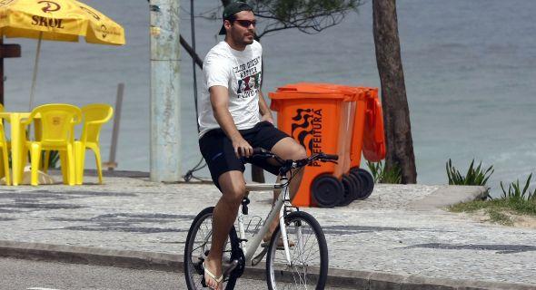 Thiago Lacerda anda de bike na orla do Recreio, no Rio de Janeiro (14/11/07)