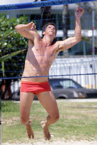 O ator Márcio Garcia aproveita domingo de sol jogando futevôlei em praia da Barra da Tijuca, no Rio (12/12/2010)