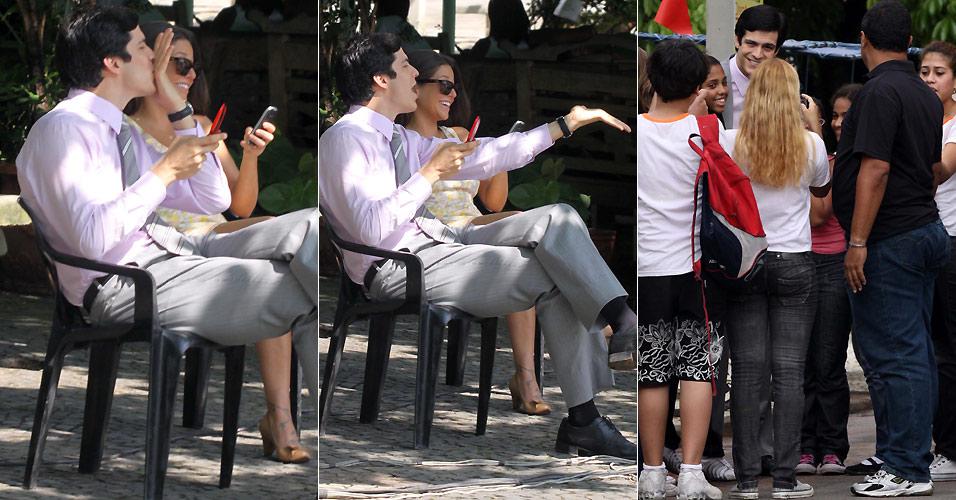 Ao lado da atriz Priscila Sol, Mateus Solano manda um beijo à distância para fãs que assistiam gravação da novela