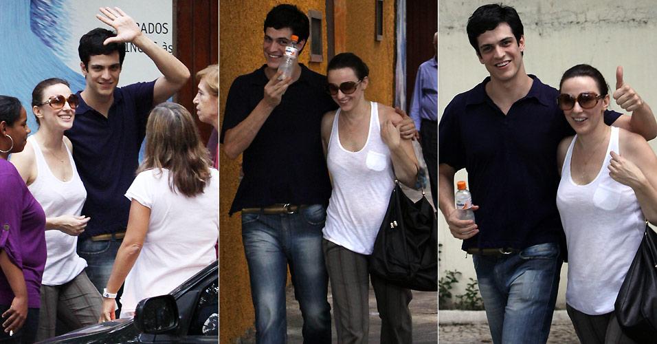 Mateus Solano acena e faz graça para fotógrafo ao ser flagrado com a mulher Paula Braun e amigos no Rio de Janeiro (18/3/2010)