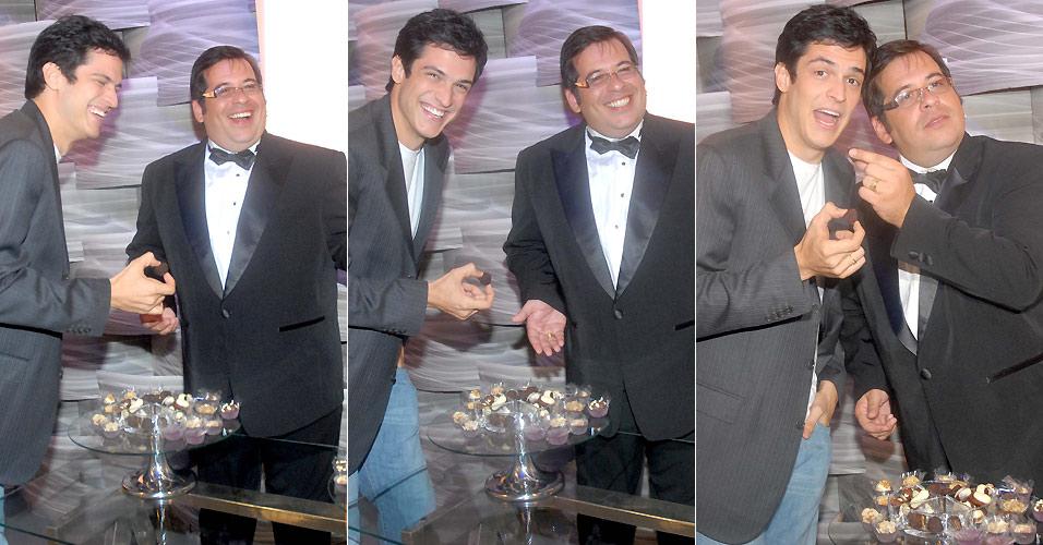 Mateus Solano e Leandro Hassun se divertem com a mesa de doces nos bastidores do Melhores do Ano do
