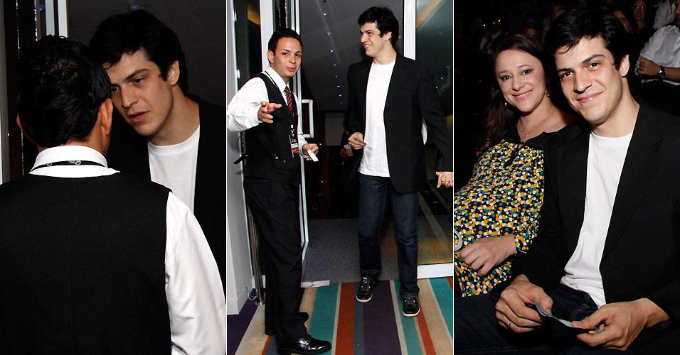 Ao lado da mulher Paula Braun, Mateus Solano conversa com um funcionário de uma casa de shows do Rio de Janeiro, no show de Diana Krall (20/9/2010)