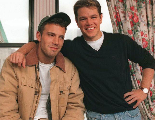 Os atores Matt Damon (dir.) e Ben Affleck (esq.) posam juntos para foto durante entrevista em Nova York para o canal ABC (22/11/1997). Juntos, a dupla escreveu o roteiro e protagonizou o filme