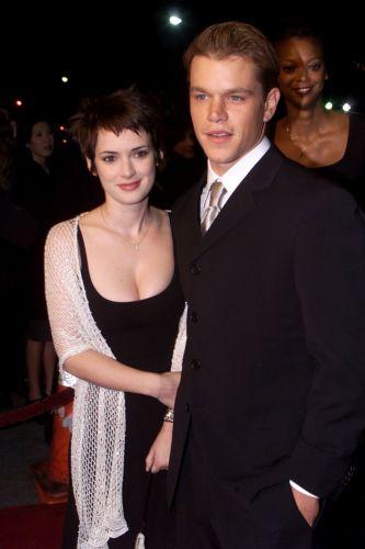 Matt Damon posa ao lado de Winona Ryder na première de