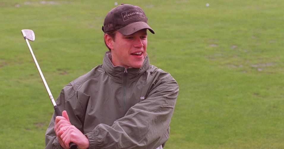 Matt Damon dá tacada durante torneio de golfe beneficente da Tim and Tom Gullikson Foundation for Brain Cancer Care, na Califórnia (3/6/2000)