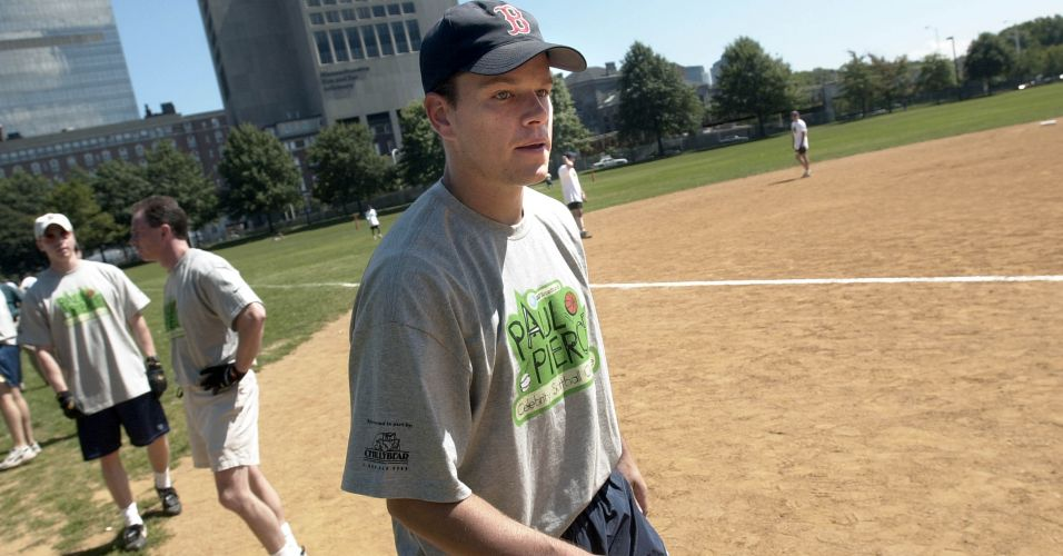 Matt Damon participa de jogo de basebol da Paul Pierce AT&T Broadband Celebrity Softball Challenge, em Boston (25/8/2001)