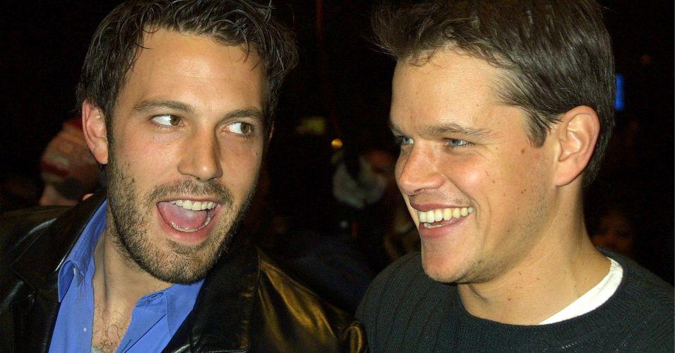 Matt Damon (dir.) e o amigo Ben Affleck (esq.) na première do filme