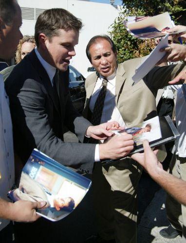 Matt Damon atende fs em evento em Beverly Hills (20/3/2002)