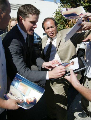 Matt Damon atende fãs em evento em Beverly Hills (20/3/2002)