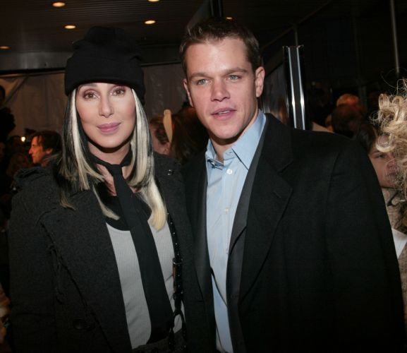 Matt Damon e Cher posam para foto durante premire de 
