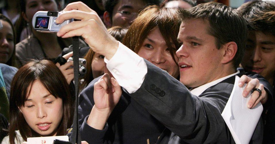 Matt Damon atende fãs na première do filme