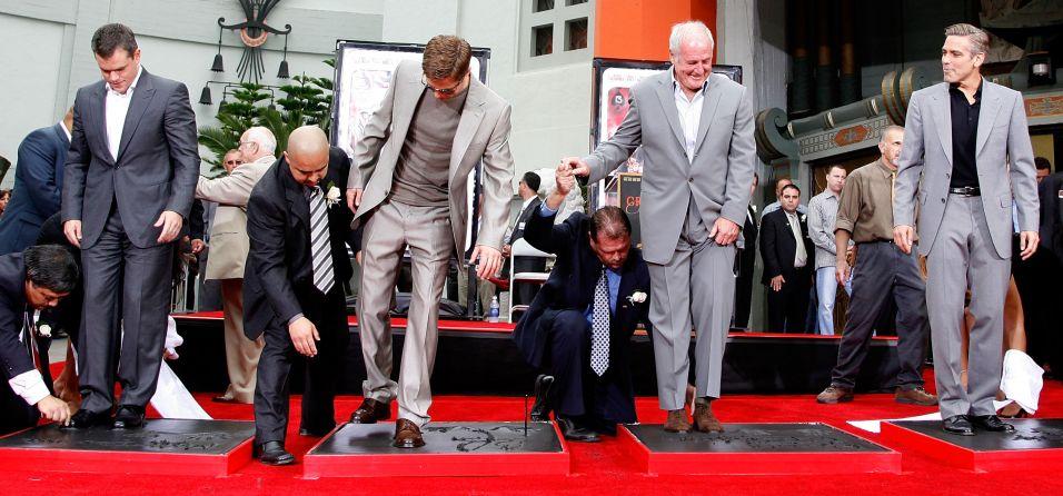 Da esquerda para a direita, Matt Damon, Brad Pitt, o produtor Jerry Weintraub e George Clooney deixam suas pegadas no Grauman's Chinese Theatre em Hollywood (5/6/2007)