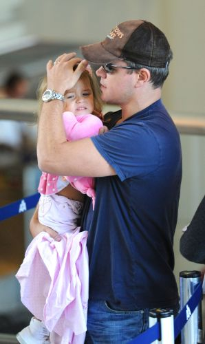 Matt Damon desembarca em aeroporto de Los Angeles com a filha Isabella nos braos (24/10/2008)