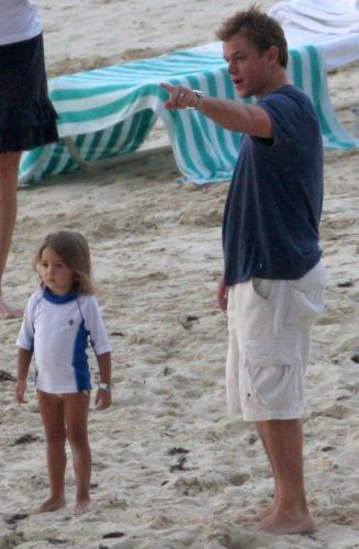 Matt Damon brinca com a filha Isabella durante férias no Caribe (16/2/2009)