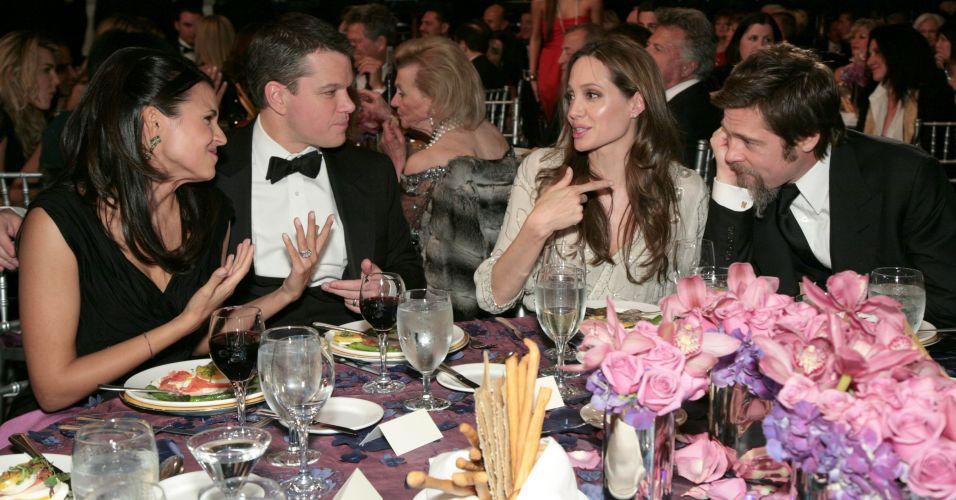 Matt Damon (dir.) e a mulher Luciana Barroso (esq.), Angelina Jolie (centro) e Brad Pitt (dir.) conversam em jantar beneficente do Unicef em Los Angeles (12/11/2009)