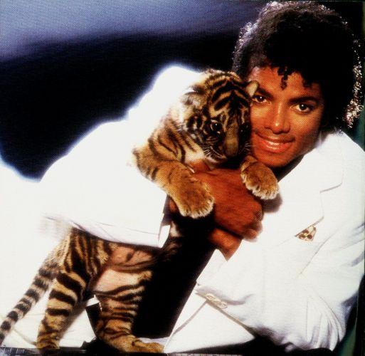 O cantor Michael Jackson faz pose com um tigre, em foto de 1982