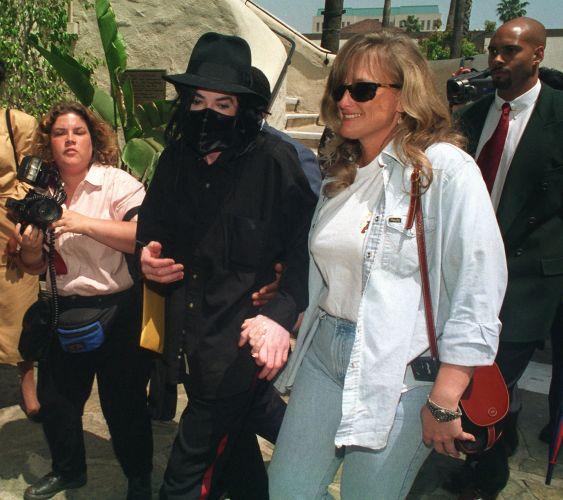 Michael Jackson chega com sua mulher, a enfermeira Debbie Rowe, para um show em Pasadena, na Califórnia (28/4/96)