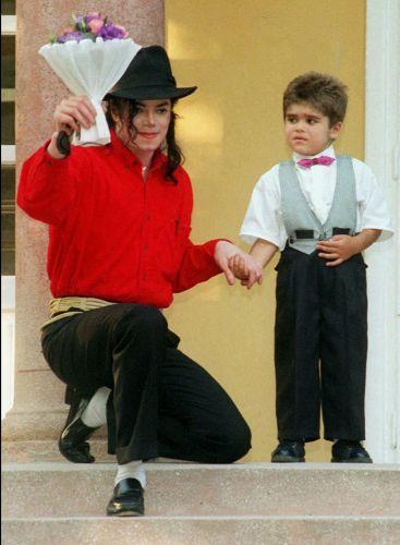 Michael Jackson recebe flores de Bela Farkas, garoto de seis anos de idade que passou por um transplante de fígado financiado pela fundação do músico, Heal the World Foundation, em Budapeste, Hungria (23/7/96)