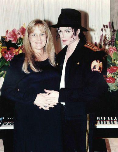 Michael Jackson e sua segunda mulher, a enfermeira Debbie Rowe, no dia do casamento, que durou três anos (14/11/96)