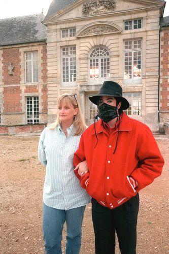 Michael Jackson com sua segunda mulher, Debbie Rowe, durante visita à Normandia (2/7/97)