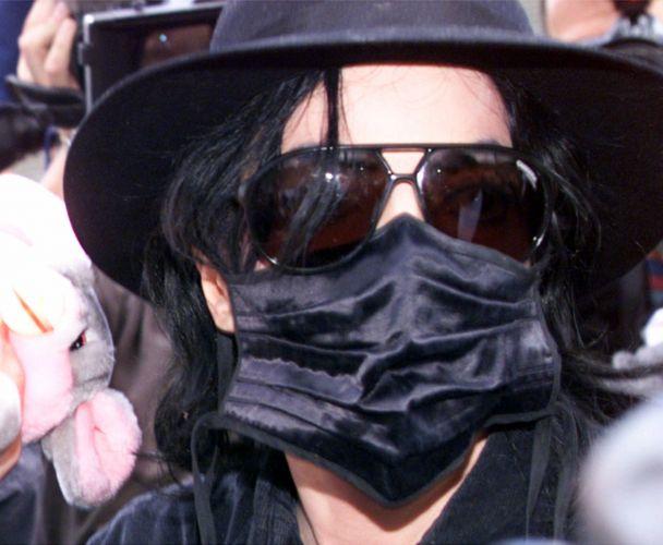 Michael Jackson aparece com máscara preta no rosto ao deixar o estádio olímpico de Munique, onde divulgou o show beneficente