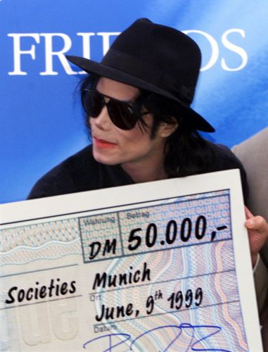 Michael Jackson doa US$ 27 mil para a Cruz Vermelha da Alemanha. Na época, o cantor fez um show beneficente chamado