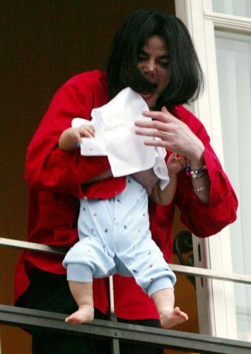 Jackson segura Prince Michael 2º, o terceiro filho do cantor, do lado de fora de uma sacada no quarto andar de um hotel em Berlim, o que choca seus fãs. Posteriormente ele se desculpa pelo ato (19/11/02)
