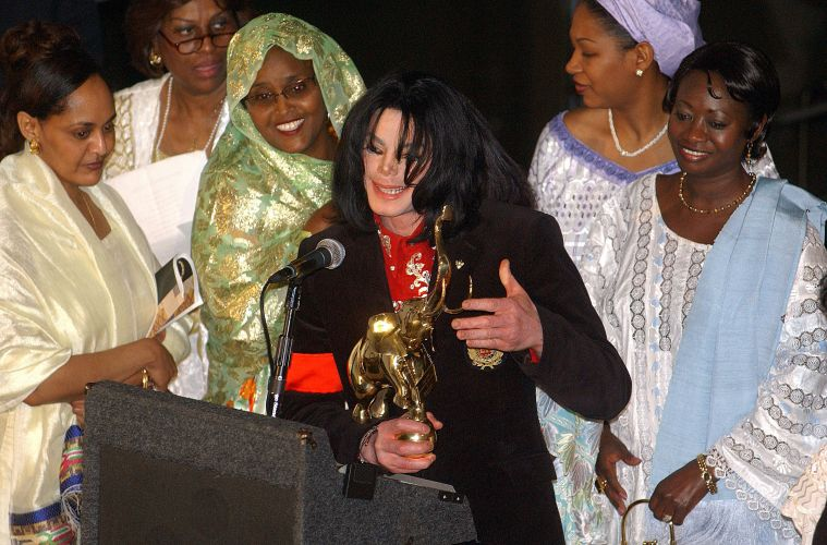 No mesmo ano que é acusado de abusar sexualmente de um menor, Michael Jackson é homenageado por cônjuges de diplomatas africanos que agradeceram seu apoio às causas humanitárias na África. O cantor recebeu um elefante de ouro em uma recepção na embaixada da Etiópia em Washington, EUA (1/4/04)