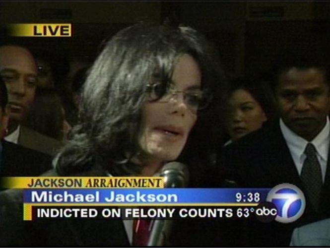 Michael Jackson se diz inocente, ao deixar o tribunal pela primeira vez após ser acusado de abuso sexual (30/4/04)