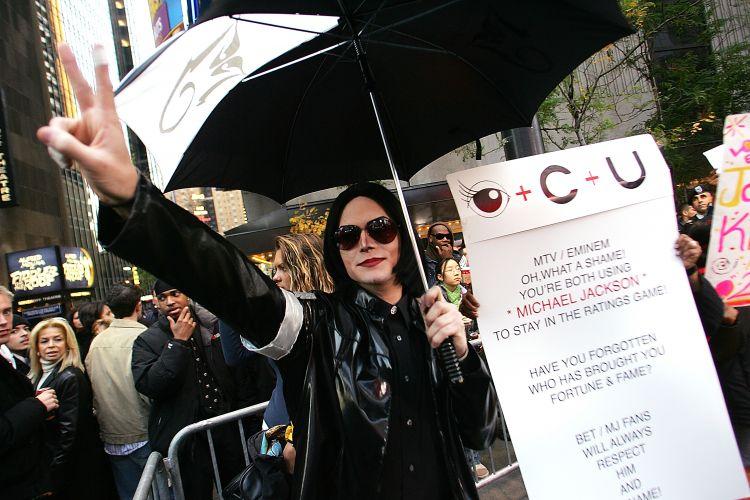 Em Nova York, fãs de Michael Jackson fazem um protesto contra vídeo de Eminem,