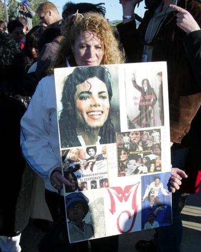 Com cartazes, fãs de Michael Jackson o aguardam na entrada no tribunal de Santa Maria, no primeiro dia do julgamento do cantor contra abuso sexual de menor (31/1/05)