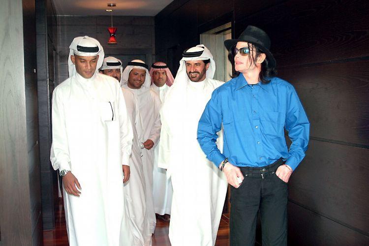 A primeira vez que Michael Jackson aparece em público após ser inocentado das acusações de abuso de crianças em um tribunal no Estado americano da Califórnia, é durante uma visita a Dubai, nos Emirados Árabes Unidos. Na época, havia rumores de que ele havia comprado uma casa no Barein (27/8/05)