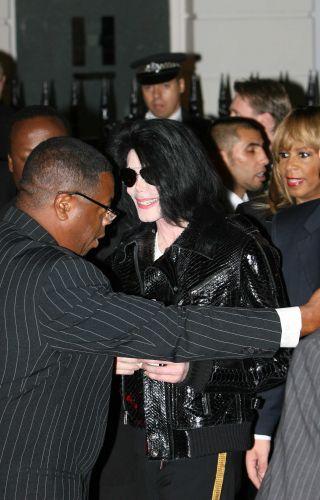 Michael Jackson chega ao hotel em Londres, onde foi homenageado no World Music Awards pelo 25º aniversário do álbum