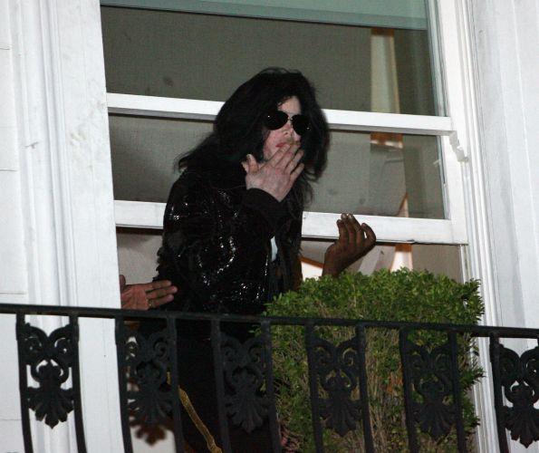 Michael Jackson manda beijos aos fãs da janela do hotel em Londres, onde foi homenageado no World Music Awards pelo 25º aniversário do álbum