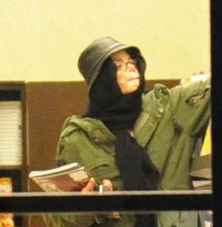 Michael Jackson leva os três filhos, Prince, Paris e Blanket, à livraria Barnes & Noble, em Las Vegas (16/12/07)