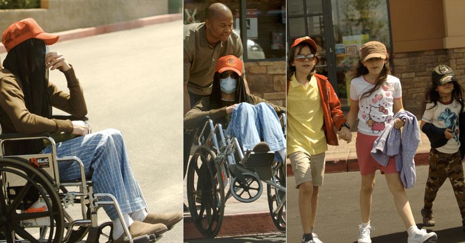 Michael Jackson assustou seus fãs ao sair de cadeira de rodas e pijamas para passear com seus filhos, Prince Michael (esq), Paris, e Prince Michael Jackson II, mais conhecido por Blanket (dir). A família foi numa loja de brinquedos e na livraria Barnes & Nobles. Um amigo do cantor disse que ele sofre de dor nas costas (7/708)