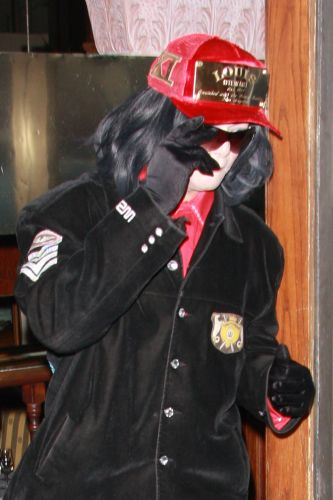 Michael Jackson para o carro e entra em restaurante em Beverly Hills, onde ficou durante aproximadamente dez minutos, para usar o toilette. (21/8/2008)