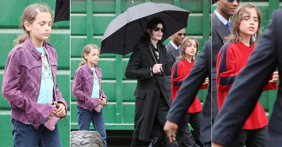 Michael Jackson anda com sua trupe e os filhos Prince, o mais velho, de 12 anos, e a garota Paris, de 11, pelo estacionamento de um estúdio em Los Angeles. Em uma rara aparição sem máscara, ele permite também que os filhos exibam o rosto para as lentes dos paparazzi (03/06/2009)