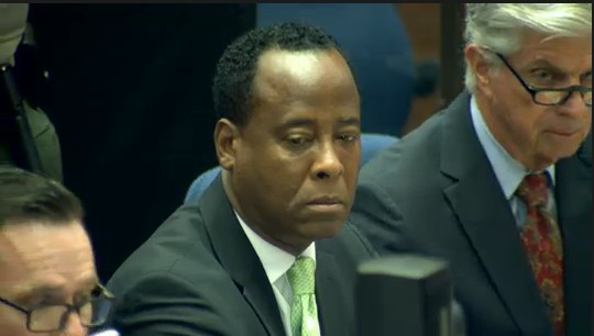Ao centro, Dr. Conrad Murray, mdico acusado da morte do cantor Michael Jackson, em tribunal de Los Angeles (30/9/2011)