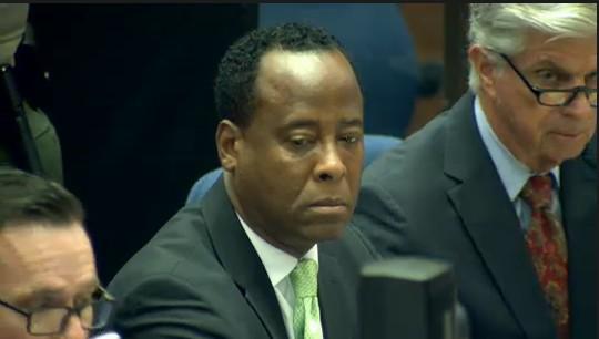 Ao centro, Dr. Conrad Murray, médico acusado da morte do cantor Michael Jackson, em tribunal de Los Angeles (30/9/2011)