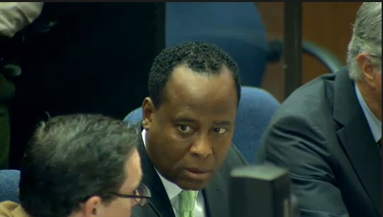 Ao centro, o Dr. Conrad Murray, mdico acusado da morte do cantor Michael Jackson, conversa com um de seus advogados, em tribunal de Los Angeles (30/9/2011)