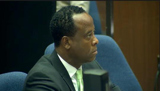 Ao centro, o Dr. Conrad Murray, médico acusado da morte do cantor Michael Jackson, em tribunal de Los Angeles (30/9/2011)