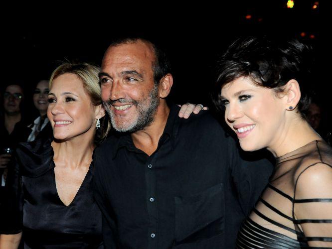 As atrizes Adriana Esteves e Bárbara Paz posam com o diretor Rogério Gomes durante a festa de lançamento da nova novela das 19h, na Globo,