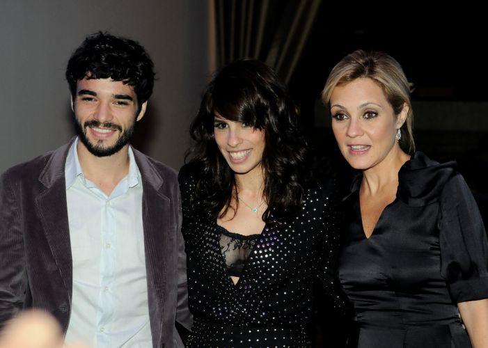 Caio Blat, Maria Ribeiro e Adriana Esteves vão à festa de lançamento da novela