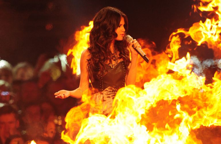 Selena Gomez, a anfitri do MTV EMA, apresenta premiao no meio do fogo (06/11/2011)