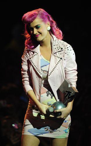 Katy Perry recebe prêmio de melhor apresentação ao vivo no MTV EMA, na Irlanda do Norte (06/11/2011)