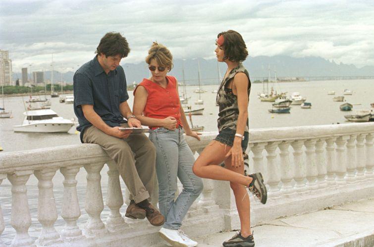 A diretora Sandra Werneck (ao centro) e os atores Murilo Benício e Carolina Ferraz conversam durante as gravações do filme
